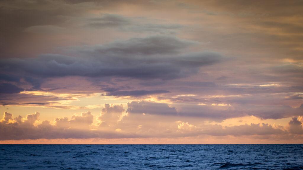 Contrepied de la règle des tiers : Paysage avec l'horizon placé très bas pour renforcer la présence du ciel et donner la sensation d'écrasement de la mer.