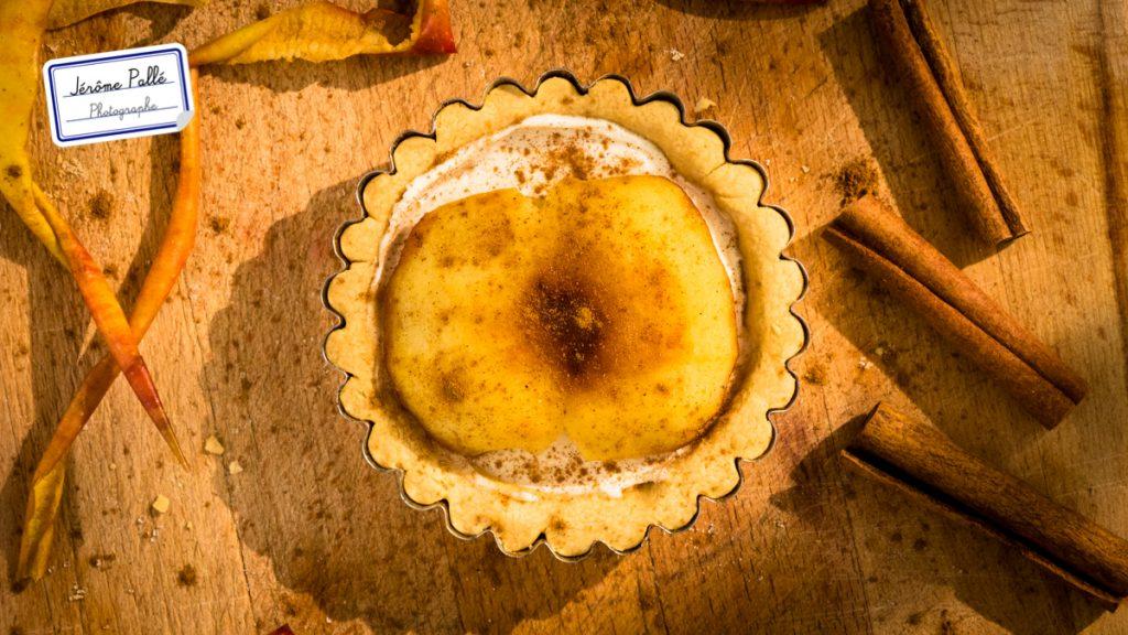 Photographie culinaire de tarte aux pommes avec une lumière changeante.